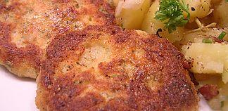 Fischfrikadellen und warmer Kartoffelsalat mitSpeck